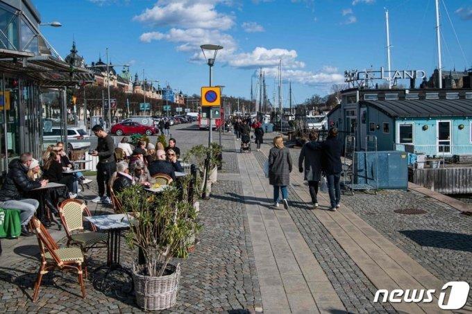 스웨덴 스톡홀롬 한 음식점에 마스크를 쓰지 않은 스웨덴 사람들이 모여서 식사를 하고 있다. /사진= AFP=뉴스1
