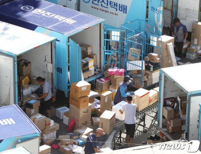 18일 서울 시내의 한 택배 물류센터에서 관계자들이 택배 물품을 분류하고 있다. /사진=뉴스1