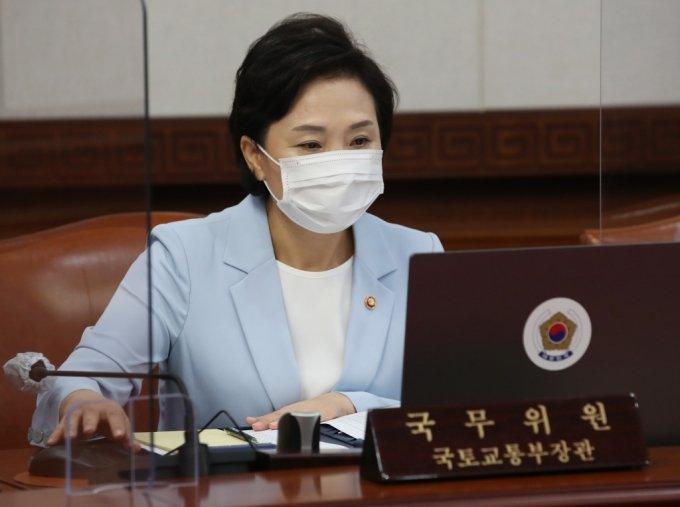 김현미 국토교통부 장관이 15일 서울 종로구 정부서울청사에서 열린 국무회의에 참석하고 있다. /사진제공=뉴스1