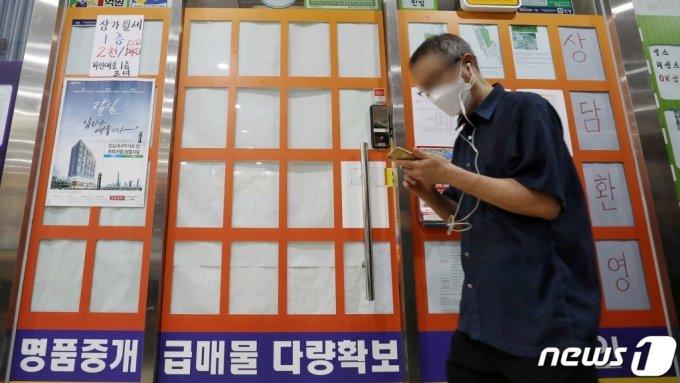 서울 시내 한 공인중개소 앞. 매물 감소로 안내문 상당 수가 비어있다. /사진제공=뉴스1