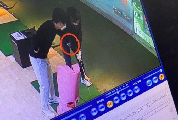 공개한 사진에는 지난 5월7일 골프 강사가 A씨의 사타구니 쪽에 손을 갖다 대는 듯한 장면이 담겼다./사진=온라인커뮤니티