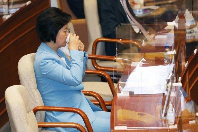 추미애 법무부 장관이 17일 서울 여의도 국회에서 열린 교육·사회·문화 분야 대정부질문에서 물을 마시고 있다. /사진=뉴시스(공동취재사진)