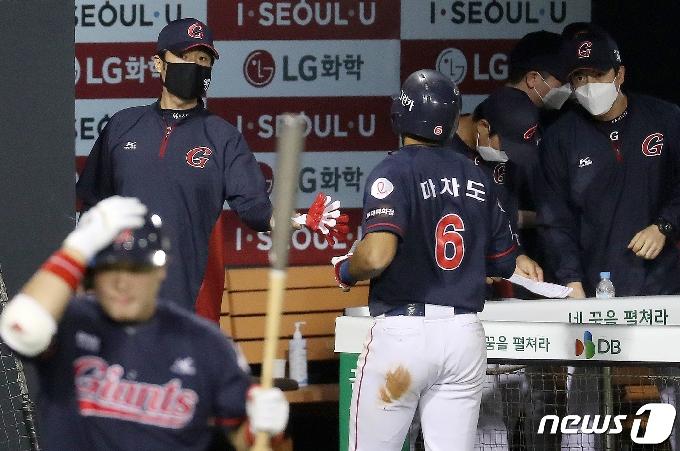 [사진] 허문회 감독 '마차도 잘했어!'