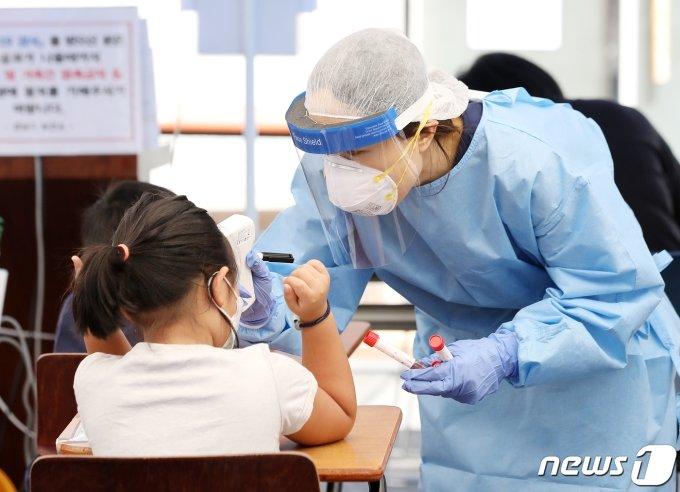 서울 강남구보건소에 어린이가 코로나19 진단 검사를 받기 전 발열 체크를 하고 있다./뉴스1 © News1 김진환 기자