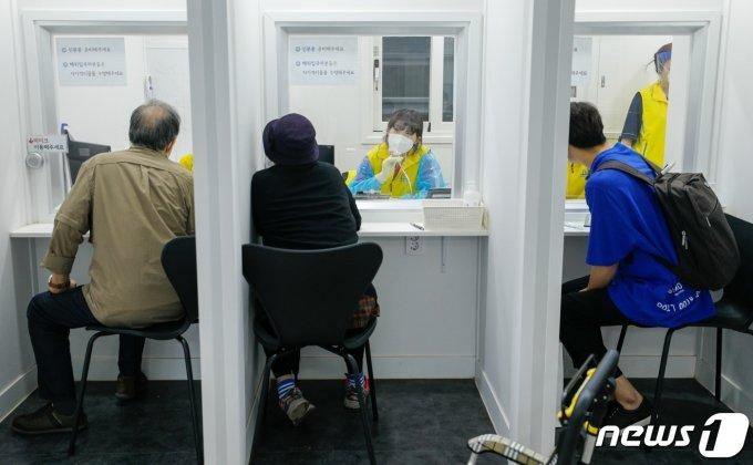 시민들이 역학조사를 받고 있다./뉴스1 © News1 안은나 기자