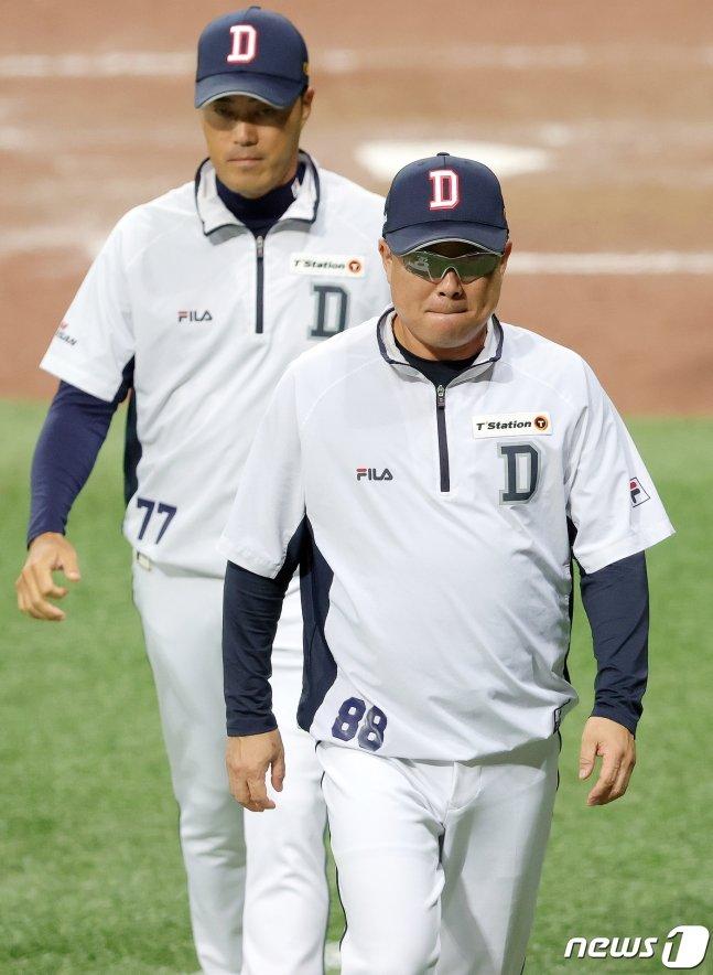 김태형(오른쪽) 두산 감독. /사진=뉴스1