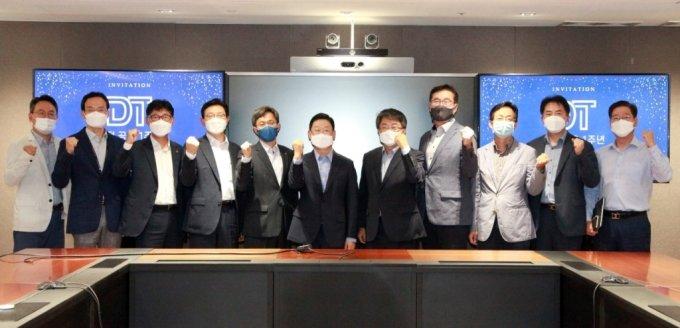 지난 17일 열린 '디지털 트랜스포메이션(DT)' 비전 공유식에서 이구영 한화솔루션 케미칼 부문 대표(왼쪽에서 6번째)가 임원진들과 기념촬영을 하고 있다. /사진제공=한화솔루션