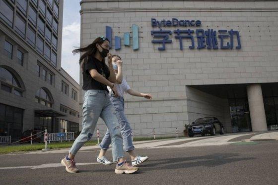 """[베이징=AP/뉴시스] 17일 동영상 공유앱 틱톡 모회사인 중국 바이트댄스가 """"미국 측과의 협상은 진행 중""""이라는 입장을 밝혔다. 지난 8월7일 베이징 바이트댄스 본사 앞에서 행인들이 지나가고 있다. 2020.09.17"""
