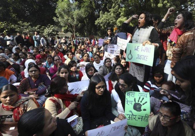 """[뉴델리=AP/뉴시스] 지난해 12월 인도 뉴델리에서 하이데라바드에서 한 수의사가 성폭행당한 후 살해된 것에 대해 분노한 시민들이 정의를 요구하는 시위를 벌이며 구호를 외치고 있다. 이들은 """"인도를 강간 국가로 만들지 말라""""""""범인을 사형시켜라"""" 등의 문구가 쓰인 팻말을 들고 시위하고 있다. 2019.12.03."""