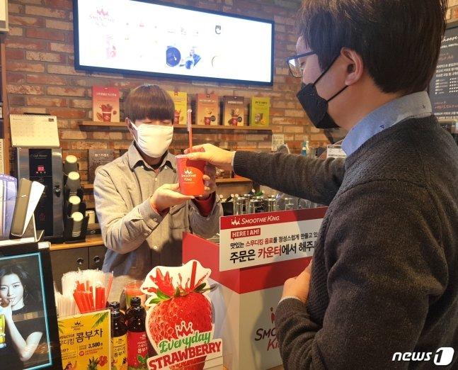 이마트24 종로대호점에서 고객이 스무디킹 음료를 구매하고 있다. (이마트24 제공) 뉴스1
