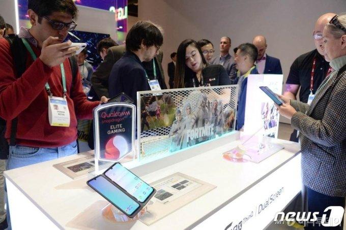 (서울=뉴스1) = 7일(현지시간)부터 미국 라스베이거스에서 열리고 있는 국제가전전시회 'CES 2020' LG전자 부스에서 관람객들이 LG 듀얼 스크린을 적용한 전략 스마트폰 LG G8X ThinQ(국내명 LG V50S ThinQ)를 살펴보고 있다. (LG전자 제공) 2020.1.9/뉴스1