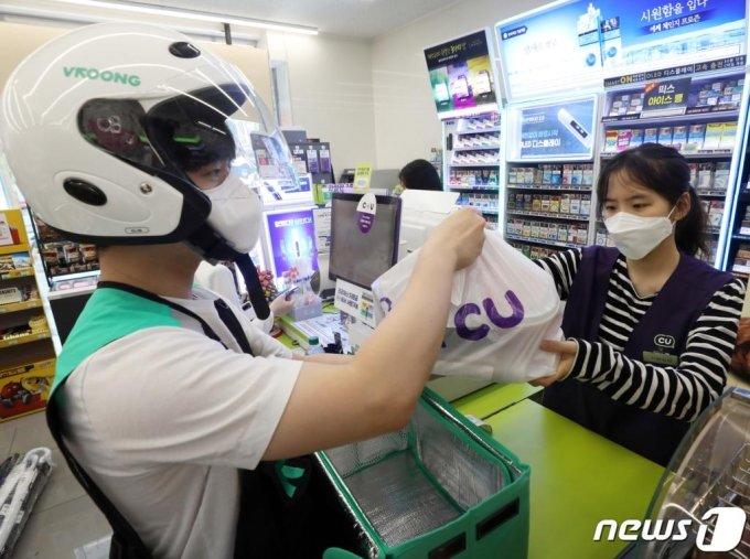 서울 강남구 CU 역삼점에서 편의점 직원이 배달원에게 배달품을 전달하고 있다. /사진=뉴스1