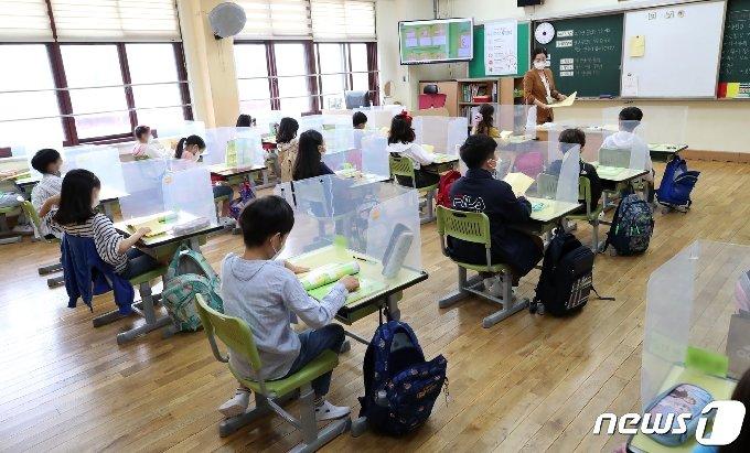 수도권 유치원과 초·중·고등학교 등교가 재개된 21일 서울 강동구 한산초등학교에서 학생들이 수업을 듣고 있다. /뉴스1 © News1 이동해 기자