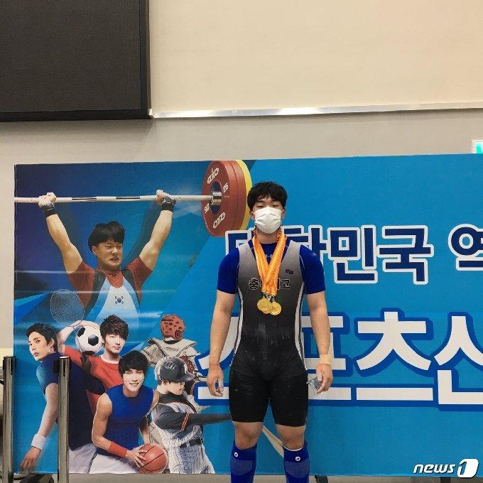 전국남자역도선수권대회서 3관왕에 오른 충북체고 박승균 선수.© 뉴스1