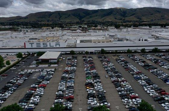 지난 5월 12일 (현지시간) 캘리포니아주 앨러미더 카운티의 생산 중단 지침에도 일론 머스크 테슬라 CEO가 재가동을 결정한 프리몬트 공장의 모습이 보인다./AFP=뉴스1