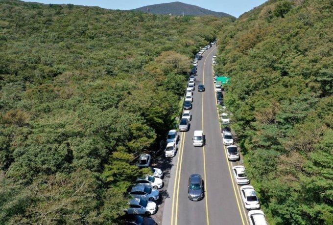 완연한 가을 날씨를 보인 20일 오후 제주 한라산 성판악휴게소 인근 도로 갓길에 관광객들이 타고 온 렌터카 차량들이 가득하다./사진=뉴시스