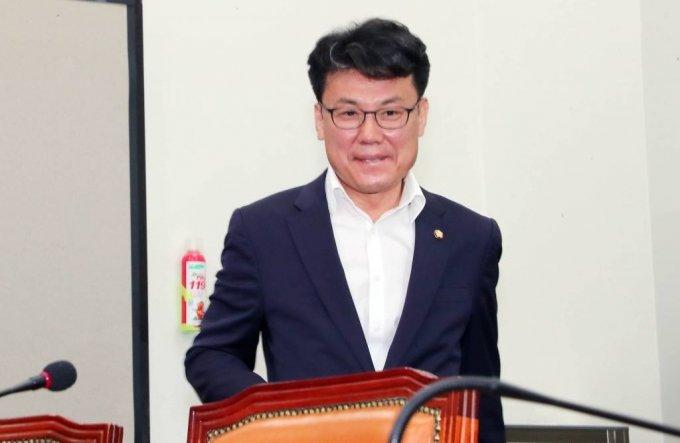 진성준 더불어민주당 의원이 17일 서울 여의도 국회에서 열린 더불어민주당 최고위원회의에 참석하고 있다. /사진=뉴시스