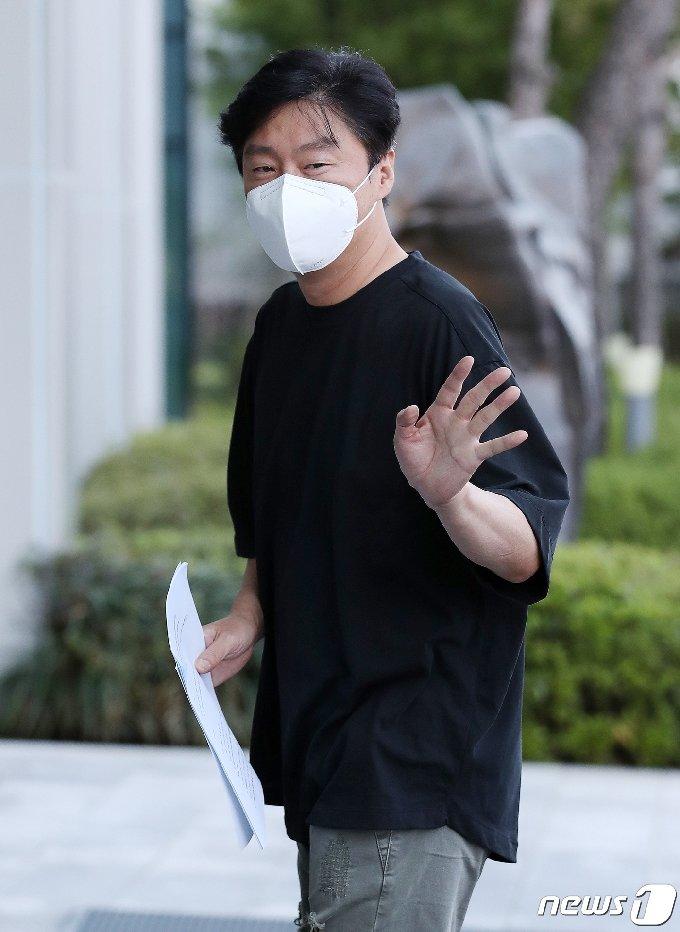 [사진] 김희원 '정중한 손인사'