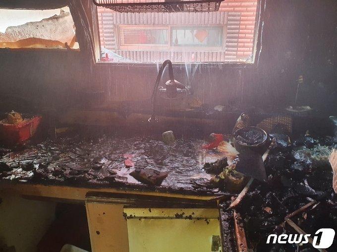 인천 미추홀구 한 빌라 건물 2층에서 지난 14일 불이 나 초등학생 형제가 중상을 입었다.(인천 미추홀소방서 제공)/뉴스1 © News1