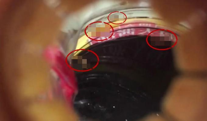 중국의 한 소비자가 간장에서 살아있는 구더기가 나왔다며 웨이보에 올린 사진./사진=바이두