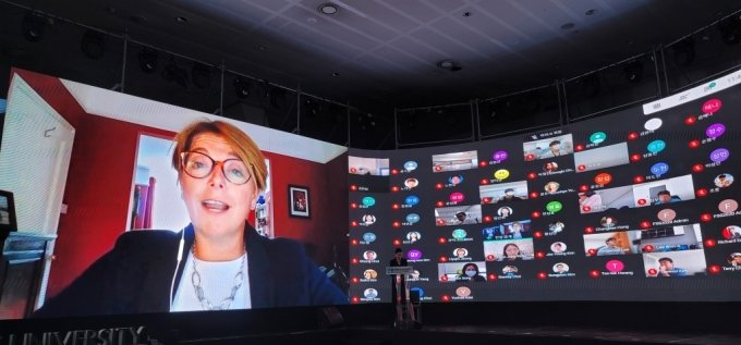 새라 브리든 영란은행 상임이사가 22일 이화여대에서 열린 국제컨퍼런스에서 화상으로 발표를 하고 있다./사진=박광범 기자