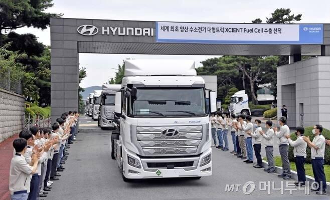 현대차가 세계 최초로 수소전기 대형트럭 양산에 성공했다.10대 초도물량은 지난 7월6일 스위스행 수출길에 올랐다./사진=현대차