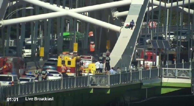 22일 오후 한 남성이 서울 양화대교 아치 위에 올라가 있다 (서울지방경찰청 종합교통정보센터 제공) © 뉴스1