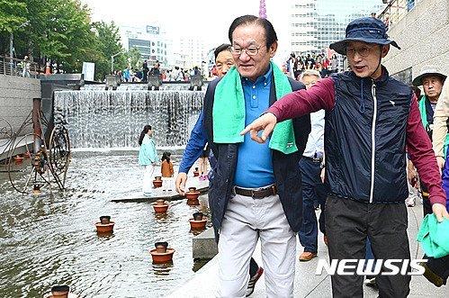 이명박 전 대통령이 2016년 서울 중구 청계천에서 '청계천시민걷기대회'에 참석했다