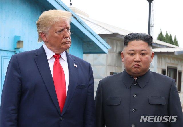 【판문점=뉴시스】박진희 기자 = 도널드 트럼프 미국 대통령과 김정은 북한 국무위원장이 30일 판문점 남측지역인 자유의 집 앞에 잠시 대기해 있다. 2019.06.30.   pak7130@newsis.com