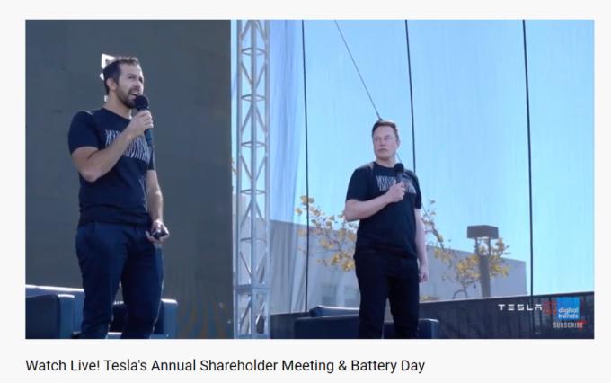 일론 머스크 테슬라 CEO(오른쪽)와 드루 바글리노 테슬라 파워트레인·에너지엔지니어링 수석부사장(왼쪽)이 22일(현지시간) 미국 캘리포니아주 프리몬트에 위치한 테슬라 공장 주차장에서 주주총회 및 배터리데이를 주재하고 있다./사진=테슬라 유튜브 화면캡처
