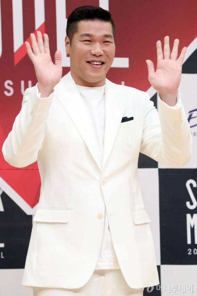 방송인 서장훈이 5일 오후 서울 양천구 목동 SBS에서 열린 '슈퍼모델 2018 서바이벌' 제작발표회에서 포즈를 취하고 있다. / 사진=이기범 기자 leekb@