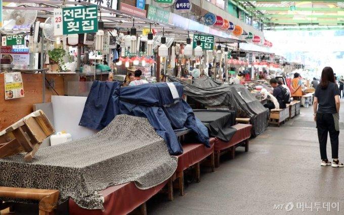 지난달 20일 서울 종로구 광장시장이 한산한 모습을 보이고 있다. / 사진=이기범 기자 leekb@