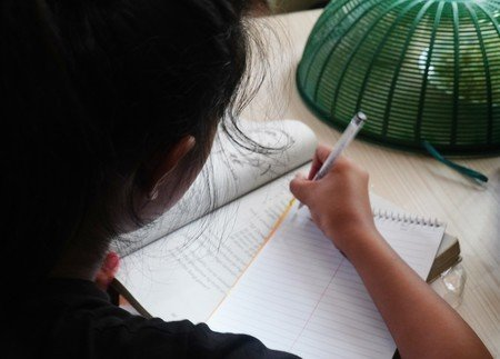 """22일(현지시간) 일본 지지통신은 """"13세 필리핀 소녀가 스마트폰을 입수하려다 성추행 피해를 당한 사실이 취재 결과 드러났다""""고 보도했다. /사진=트위터"""