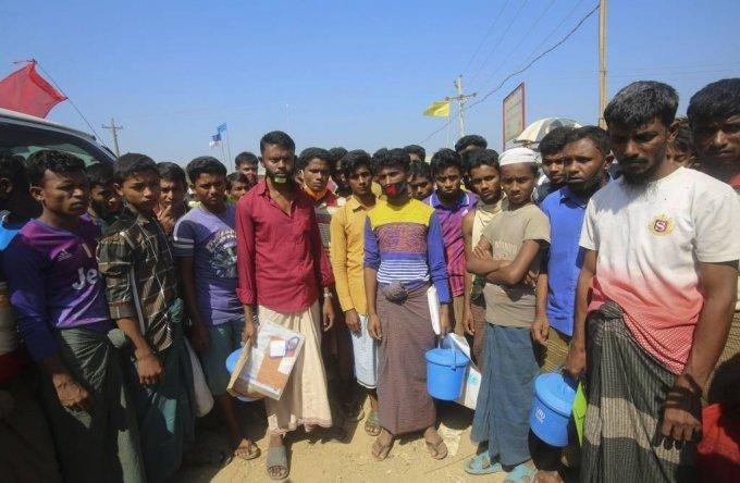 1일(현지시간) 방글라데시 콕스 바자르 쿠투팔롱 난민촌에 로힝야 난민들이 앉아 있다. 구호단체 관계자들은 세계 최다 인구 밀도의 방글라데시 내 세계 최대 난민촌인 이곳에서도 신종 코로나바이러스 감염증(코로나19) 발생 가능성에 대비는 하고 있지만, 열악한 환경과 시설 속에서 살아가는 70만 이상의 로힝야 난민 사이에서 코로나19 발생을 막는 것은 힘든 일이라고 밝혔다. 방글라데시의 코로나19 누적 확진자는 54명, 사망자는 6명으로 집계됐다. 2020.04.03./사진=