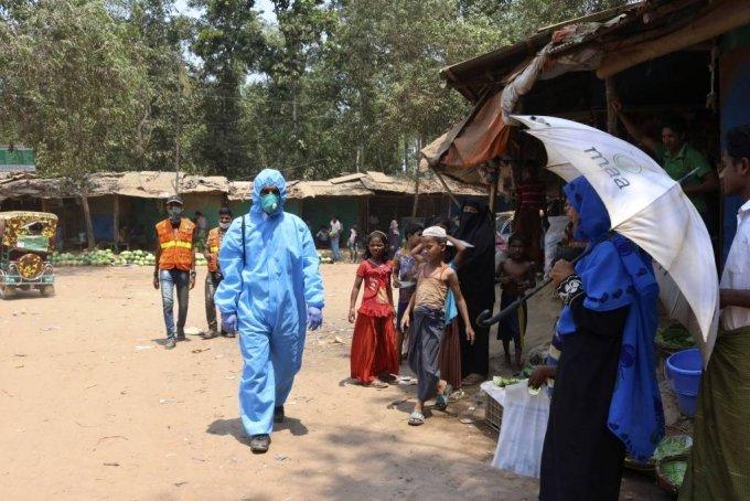 2일(현지시간) 방글라데시 당국은 100만 명 이상의 로힝야 난민이 거주하는 콕스 바자르 난민촌에 신종 코로나바이러스 감염증(코로나19) 사례가 증가하는 가운데 로힝야족 난민 중 첫 코로나19 사망 사례가 발생했다고 밝혔다. 현지 관계자는 71세의 한 난민이 지난 5월 30일 사망한 후 실시한 코로나19 검사 결과 양성반응이 나왔다고 말했다. 사진은 지난 4월 15일 콕스 바자르의 로힝야 난민촌에서 보호복을 입은 구호단체 의료 종사자가 일하는 모습. 2020.06.02./사진=