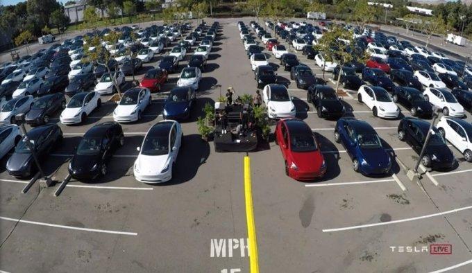 22일(현지시간) 테슬라 미국 캘리포니아 프레몬트 공장 야외에 마련된 주주총회 현장/사진=테슬라 유튜브 갈무리