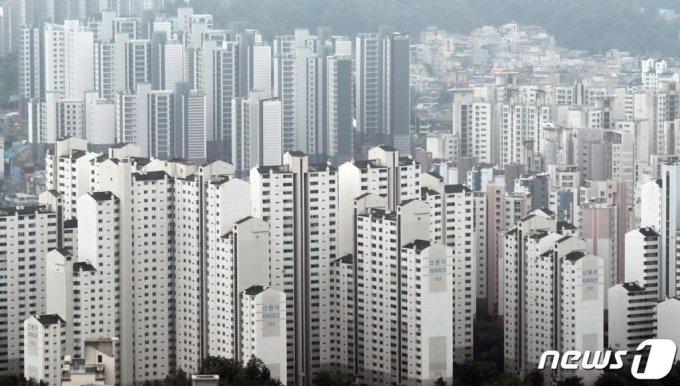 정부가 집값 안정을 위해 수도권에 13만2000가구의 주택을 추가 공급하는 23번째 '8.4 부동산 공급 대책' 을 발표했다. 도심 유휴부지를 활용하고 용적률을 높여 공공 재건축·재개발도 활성화한다는 방침이다. 당초 검토됐던 그린벨트는 미래세대를 위해 보전한다는 원칙하에 선정하지 않기로 했다. 5일 서울 영등포구 여의도 64아트에서 바라본 서울 아파트 모습. 2020.8.5/사진=뉴스1