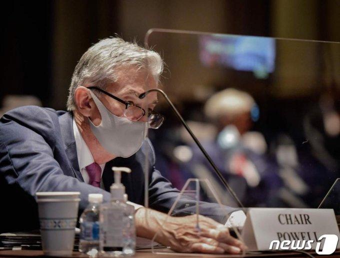 제롬 파월 연방준비제도(Fed) 의장이 30일(현지시간) 워싱턴 하원 청문회에 마스크를 쓰고 출석해 명패를 바로세우고 있다.  ⓒ AFP=뉴스1