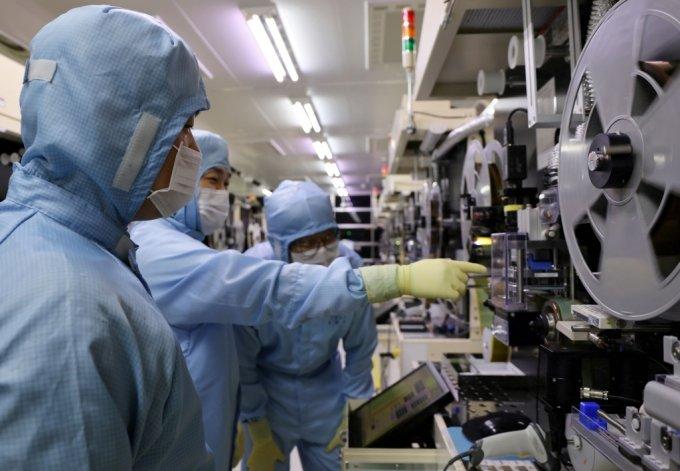지난 22일 LG이노텍 구미사업장에서 LG이노텍 노조원과 협력사 직원들이 테이프 서브스트레이트 검사 장비를 함께 살펴보고 있다. /사진제공=LG 이노텍