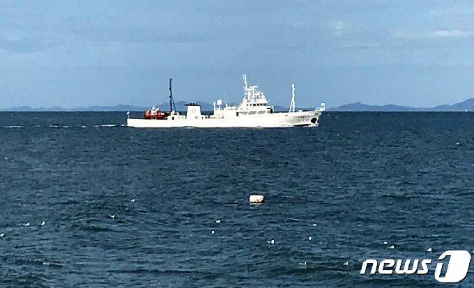 서해 북방한계선(NLL) 인근 해상에서 어업지도 업무를 하다 돌연 실종된 해양수산부 소속 공무원이 북한 측의 총격을 받고 숨져 충격을 주고 있는 가운데 24일 오전 공무원 A씨(47)가 탑승한 어업지도선(무궁화10호, 499톤)이 소연평도 남방 5마일 해상에 떠 있다. 해경은 이날 오전 11시경 무궁화호에 대한 조사를 시작해 A씨의 개인 소지품을 확보하고 선내 폐쇄회로(CC)TV, 통신 등 A씨의 행적에 관련된 사항을 조사중이다. (독자 제공) 2020.9.24/뉴스1