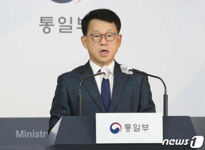 여상기 통일부 대변인이 지난24일 서울 종로구 정부서울청사 브리핑룸에서 북한의 실종 공무원 피격 사건 관련 브리핑을 하고 있다./사진=뉴스1