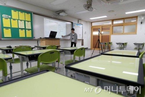 코로나19 여파로 전국 초·중·고교의 개학이 미뤄진 3월 30일 오전 서울 동대문구 휘봉고등학교에서 교사가 온라인 원격수업을 위한 수업 영상을 녹화하고 있다. / 사진=이기범 기자 leekb@