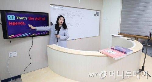 4월 2일 인천 서구 초은고등학교에서 선생님이 코로나19 대응 수업 영상을 녹화하고 있다. / 사진=인천=이기범 기자 leekb@