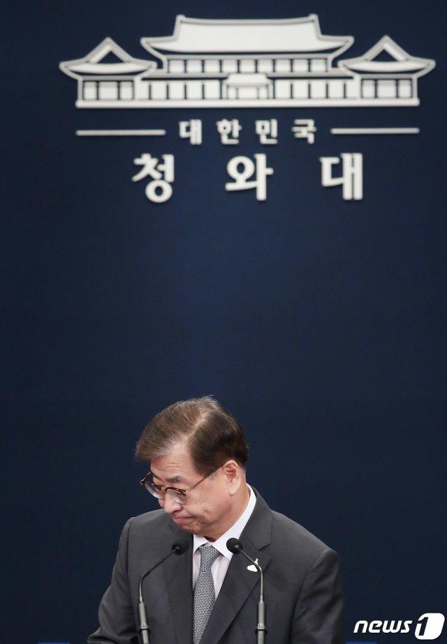 서훈 청와대 국가안보실장이 25일 오후 청와대 춘추관에서 문재인 대통령과 김정은 북한 국무위원장이 주고받은 친서 내용을 발표한 후 단상에서 돌아서고 있다. /사진=뉴스1.