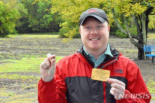 7일(현지시간) 미국 아칸소주 다이아몬드 주립공원(Crater of Diamonds State Park)에서 은행 매니저 케빈 키나드(33)가 자신이 채굴한 9.07캐럿의 다이아몬드를 든 채 웃고 있다. 사진은 23일 공원 측이 제공했다. 2020.09.25.뉴시스