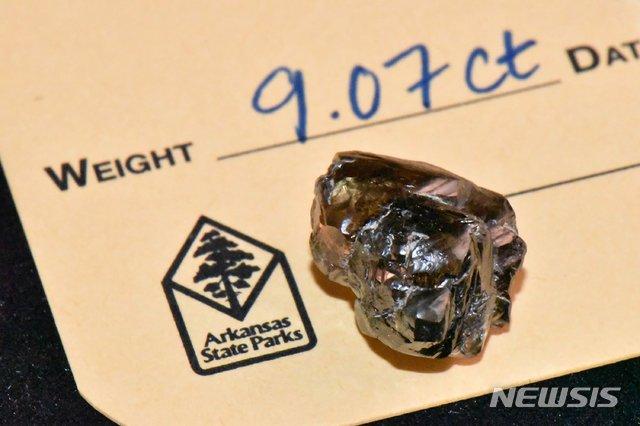 [AP/뉴시스] 7일(현지시간) 미국 아칸소주 다이아몬드 주립공원(Crater of Diamonds State Park)에서 은행 매니저 케빈 키나드(33)가 9.07캐럿의 다이아몬드를 채굴했다. 사진은 23일 공원 측이 제공한 해당 다이아몬드 사진이다. 2020.09.25. [AP/뉴시스] 7일(현지시간) 미국 아칸소주 다이아몬드 주립공원(Crater of Diamonds State Park)에서 은행 매니저 케빈 키나드(33)가 9.07캐럿의 다이아몬드를 채굴했다. 사진은 23일 공원 측이 제공한 해당 다이아몬드 사진이다. 2020.09.25.