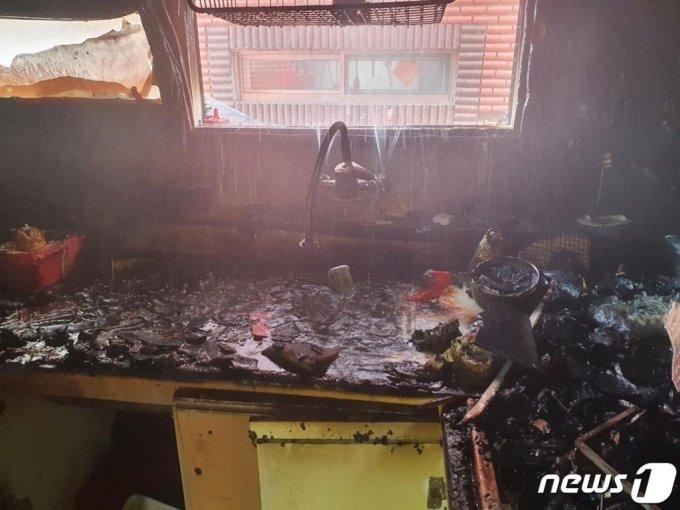 (인천=뉴스1) 박아론 기자 = 지난 14일 오전 11시16분께 인천시 미추홀구의 한 빌라 건물 2층 A군(10) 거주지에서 불이 나 A군과 동생 B군(8)이 중상을 입었다. 사고는 어머니가 집을 비운 사이 형제가 단둘이 라면을 끓여먹으려다 발생한 것으로 조사됐다.(인천 미추홀소방서 제공)2020.9.16/뉴스1