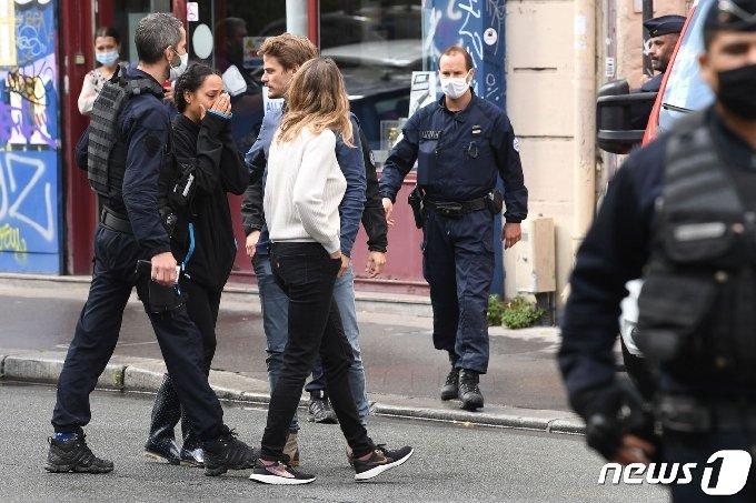 프랑스 주간지 샤를리 에브도 예전 사무실 앞에서 흉기 난동 사건이 발생해 4명이 부상했다. © AFP=뉴스1