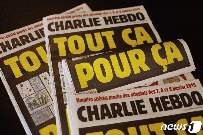 지난 2일(현지시간) 발간된 프랑스 주간지 샤를리 에브도 표지. '모든 것들, 단지 그것 때문에'(All of this, just for that)라며 2015년 테러 동기가 됐던 만평들을 다시 실었다. © AFP=뉴스1