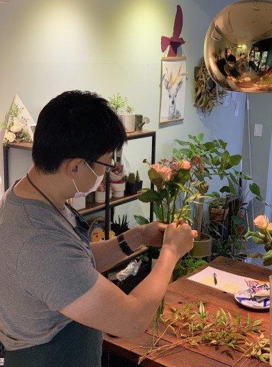 꽃다발을 만들고 있다. 손에 쥐가 난다. 힘들다./사진=웃으며 바라보는 꽃집 사장님